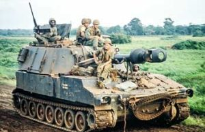 US-soldiers-on-155-howitzer-in-south vietnam